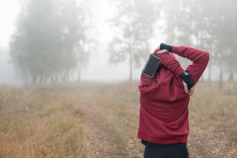 Athleten-Woman-Trainieren Ausdehnen von Händen bevor dem Laufen stockfotos