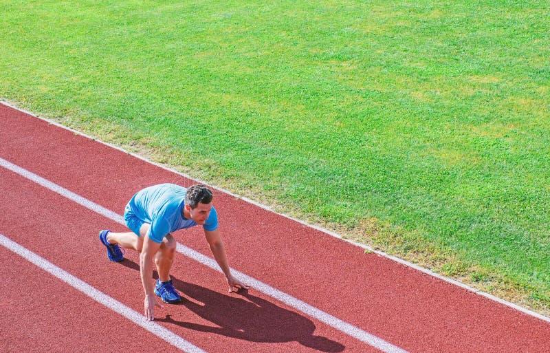 Athletenl?ufer bereiten vor sich zu laufen Gemeinsame Mobilit?t trainiert, um Flexibilit?t und Funktion zu verbessern Laufende Ti stockbild