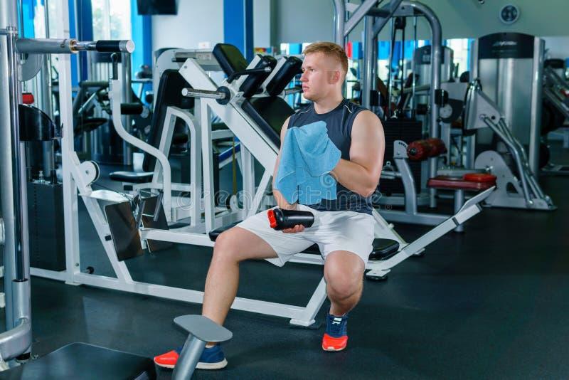 Athletenreste zwischen Sätzen im Gewichtstraining lizenzfreies stockbild
