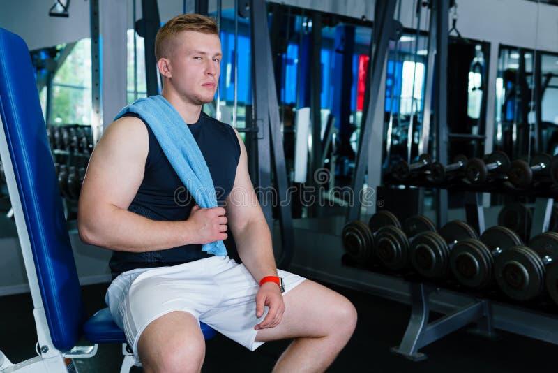 Athletenreste zwischen Sätzen im Gewichtstraining stockfotografie