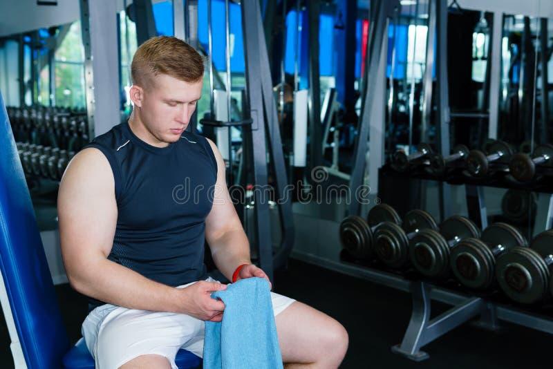 Athletenreste zwischen Sätzen im Gewichtstraining stockfotos