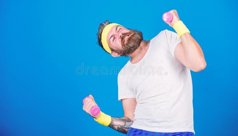 Athletentraining mit kleinem Dummkopf Motivierter Athletenkerl Sportlertraining mit blauem Hintergrund der Dummk?pfe improve lizenzfreie stockfotografie