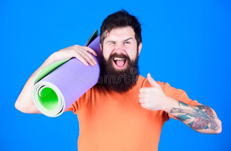 Athletenyogatrainer motiviert für die Ausbildung Yogaklassenkonzept Yoga als Hobby und Sport Übendes Yoga jeden Tag Mann stockfoto