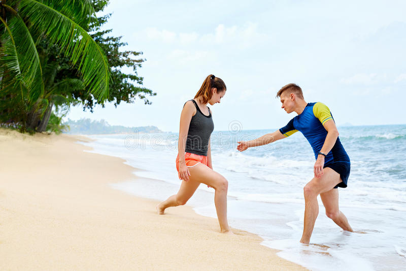 athletik Geeignetes Paar-Ausdehnen, trainierend auf Strand Sport, F stockfoto