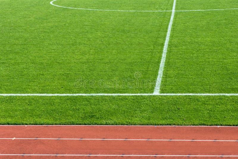 Athletikspur und -Fußballplatz stockfotografie