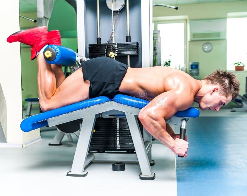 Athletisch errichteter Sportler in der Turnhalle stockfotografie