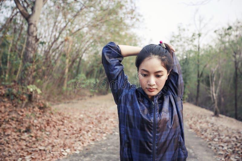 Athletische Frau Asien Aufwärmen und junges weiblicher Athlet exercisi stockfoto