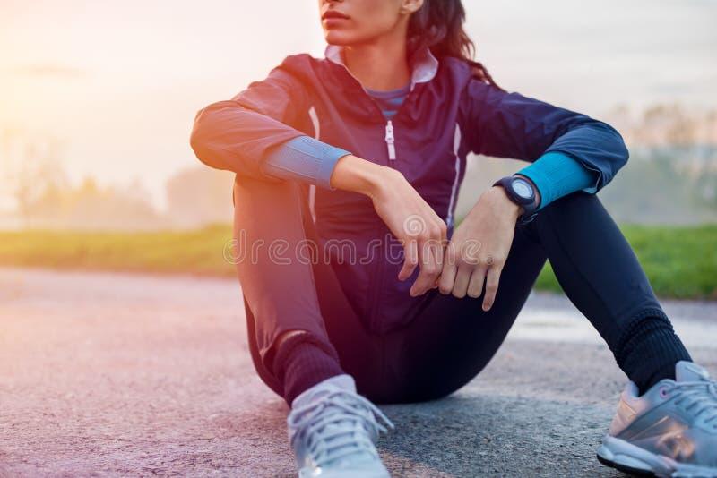 Athletische Frau, die auf dem Boden stillsteht stockbild