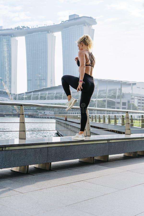 Athletische Frau, die draußen am Morgen trainiert lizenzfreies stockbild