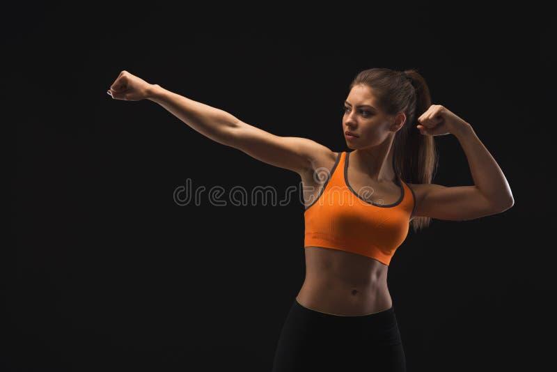 Athletische Frau, die muskulösen Körper zeigt lizenzfreies stockfoto
