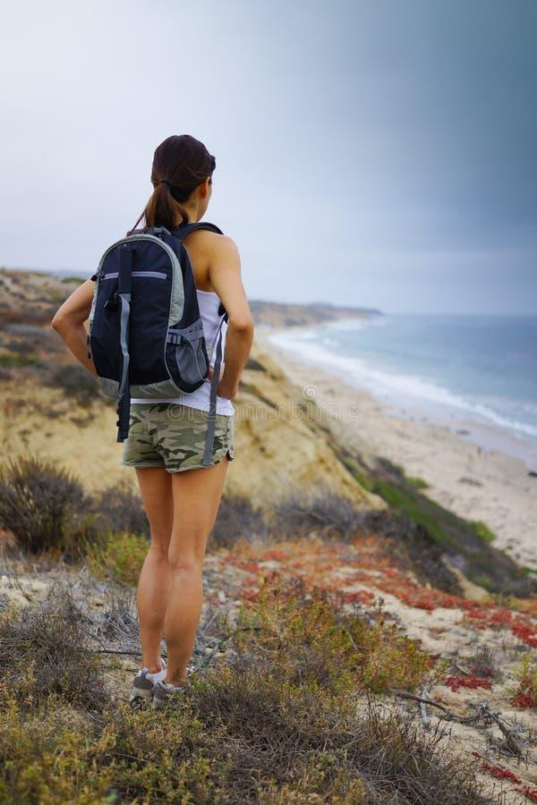 Athletische Frau, die Ozean-Landschaft wandert stockbilder