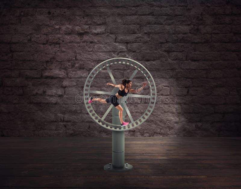 Athletische Frauenläufe in einem Schleifungsrad Konzept des Sportprogramms lizenzfreie stockfotografie