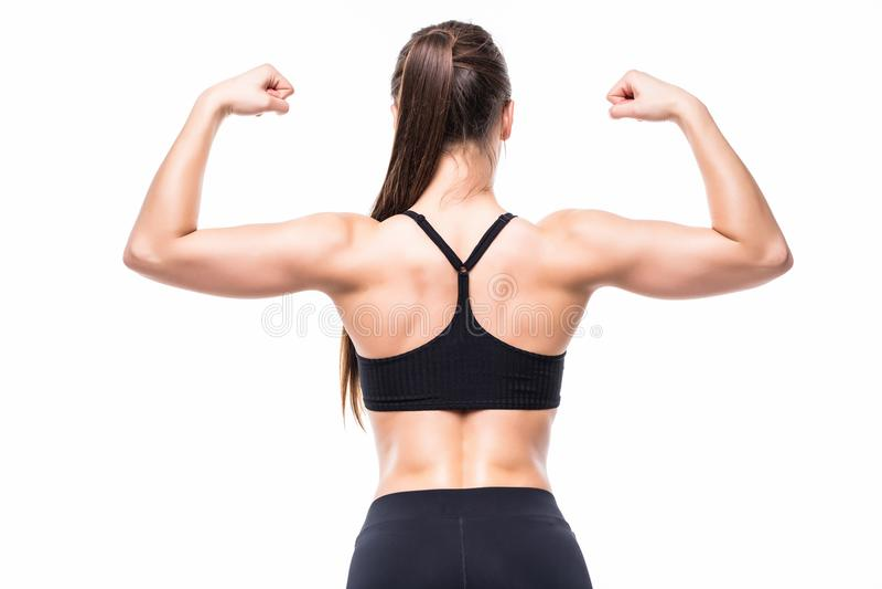 Athletische junge Frau, die Muskeln der Rückseite und der Hände auf lokalisiertem weißem Hintergrund zeigt lizenzfreie stockfotos