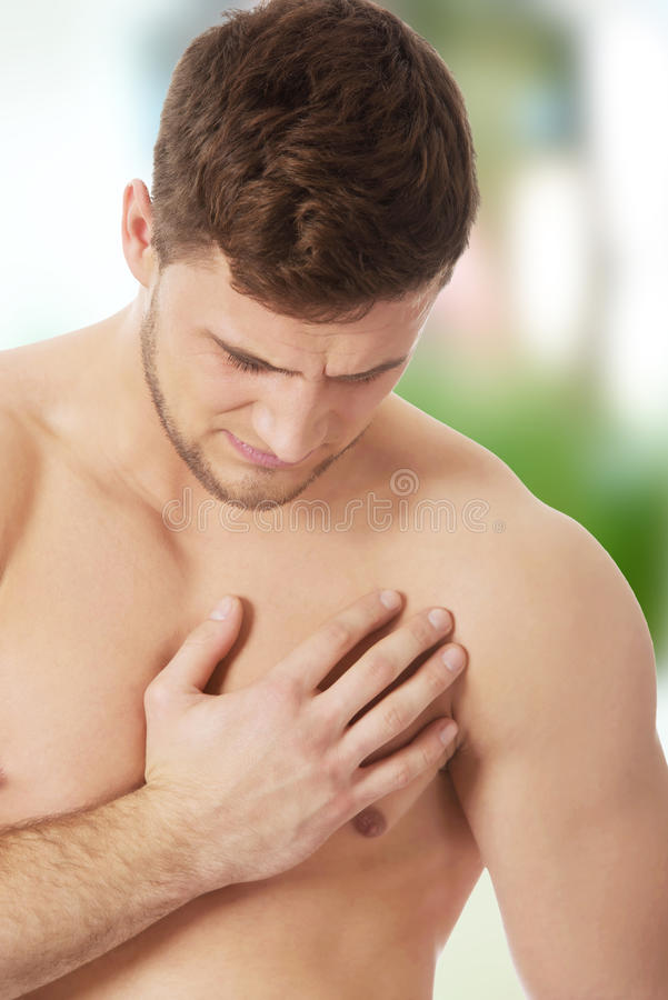 Athletische Manngefühlsschmerz in seinem Kasten stockbilder