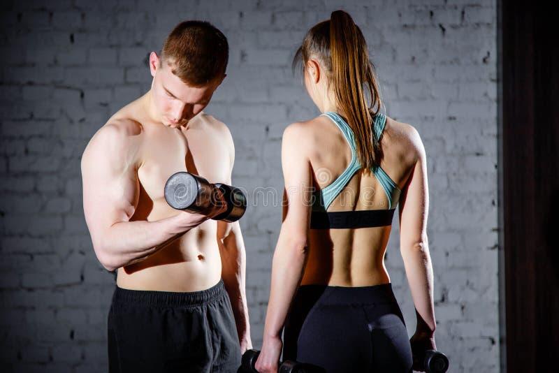 Athletische Paarhaltungen für die Kamera lizenzfreie stockfotos