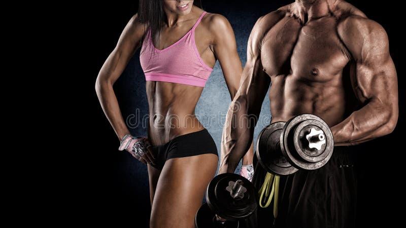 Athletische Paarhaltungen für die Kamera stockfotografie