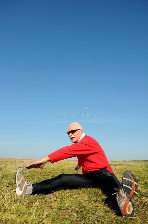 Athletischer älterer Mann stockbilder