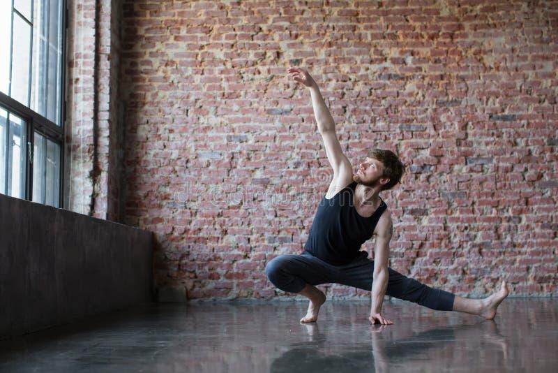 Athletischer Mann, der Eignung, Yoga ausarbeitet lizenzfreie stockbilder