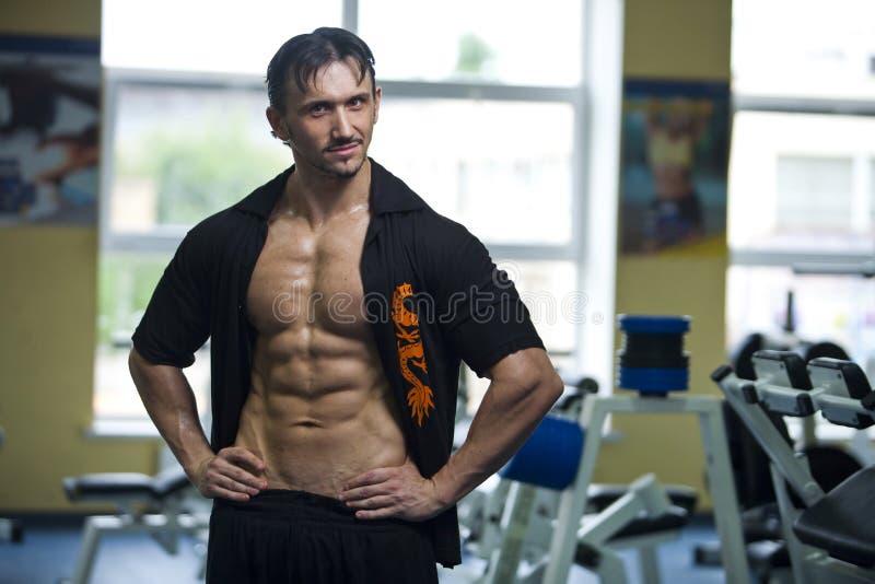 Athletischer Mann in der Gymnastik lizenzfreie stockfotos