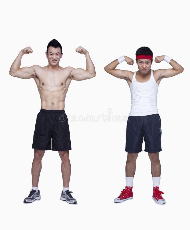 athletischer Mann- und Trainingsanfänger, der Bizeps, Gegenteil, Atelieraufnahme biegt stockbild