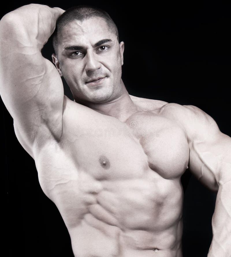 Athletischer reizvoller attraktiver Erbauer der männlichen Karosserie stockbild