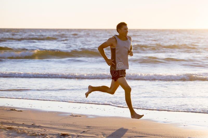 Athletischer Sitz und starker Läufer bemannen Training auf Sommersonnenuntergangstrand im Seeuferbetrieb und im Eignungstraining  lizenzfreie stockbilder