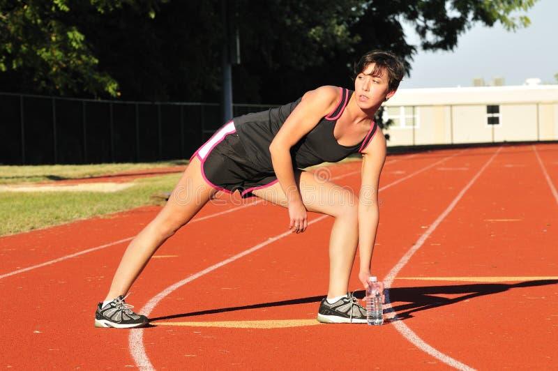 Athletisches Frauenausdehnen lizenzfreies stockbild