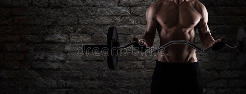 Athletisches Manntrainingsbizeps an der Turnhalle zu als Fahne verwenden lizenzfreies stockfoto