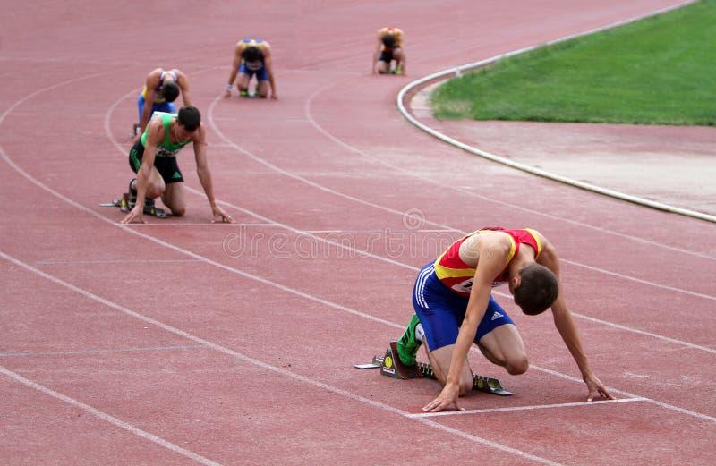 Athlets konkurrieren in 400 Metern Rennen lizenzfreie stockfotografie