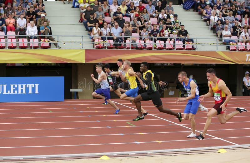Athlets sur les 100 metrs semi finaux sur le championnat du monde U20 d'IAAF à Tampere, Finlande 11 juillet, photo stock