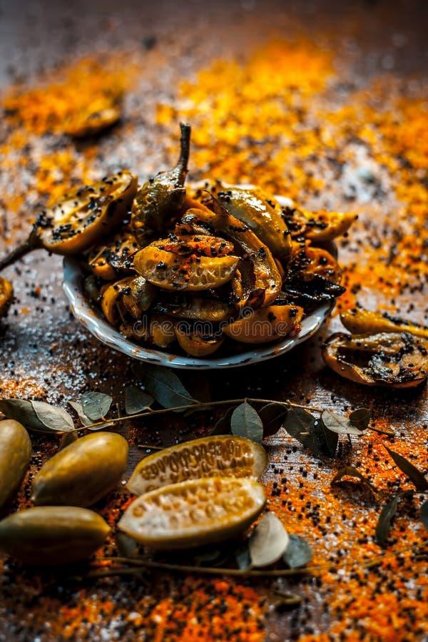 Athnu da salmoura do tinda ou da polpa de Bharele ou do NU do tinda na superfície de madeira junto com ingredientes inteiros fotografia de stock royalty free