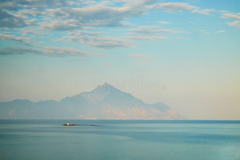 Athos山和爱琴海 免版税库存照片