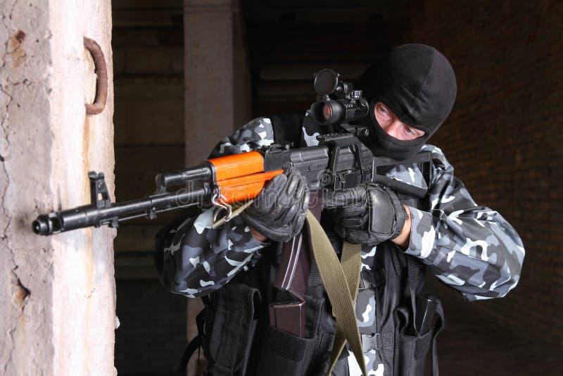 Atirador furtivo na escolha de objectivos preta da máscara imagens de stock