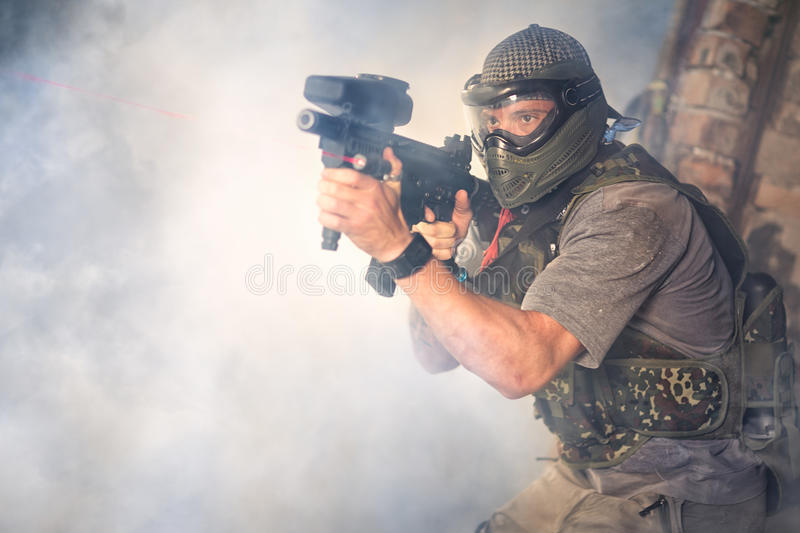 Atiradores do Paintball com arma fotos de stock royalty free