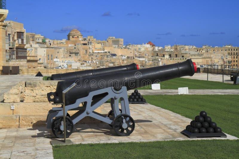 Atire no fogo de saudar a bateria de Lascaris em Valletta, Malta fotografia de stock royalty free