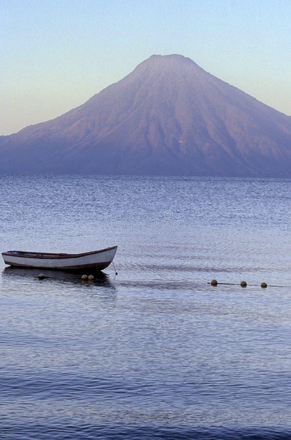 atitlan危地马拉湖日出 免版税库存图片