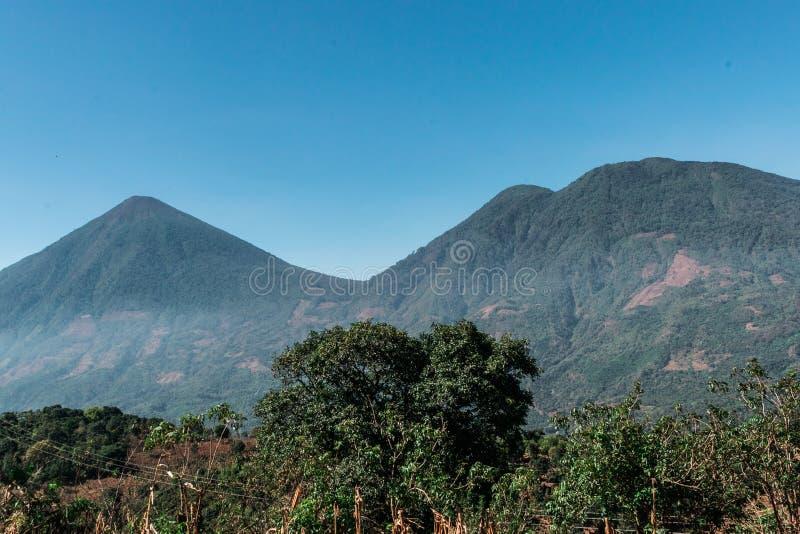 atitlan的火山和toliman 库存照片