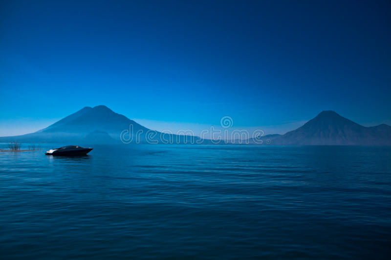 atitlan lago βαρκών de Γουατεμάλα στοκ εικόνες