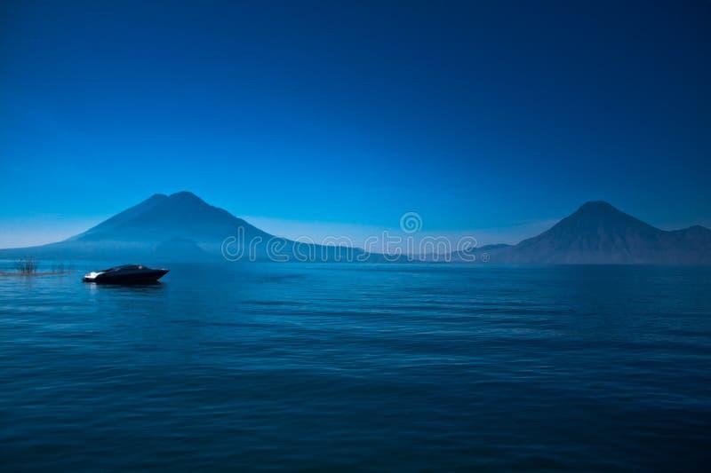 atitlan lago de Гватемалы шлюпки стоковое фото