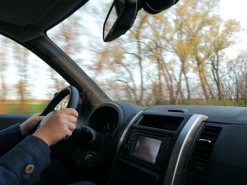 A atitude do motorista com mãos no volante no carro na alta velocidade fotos de stock royalty free