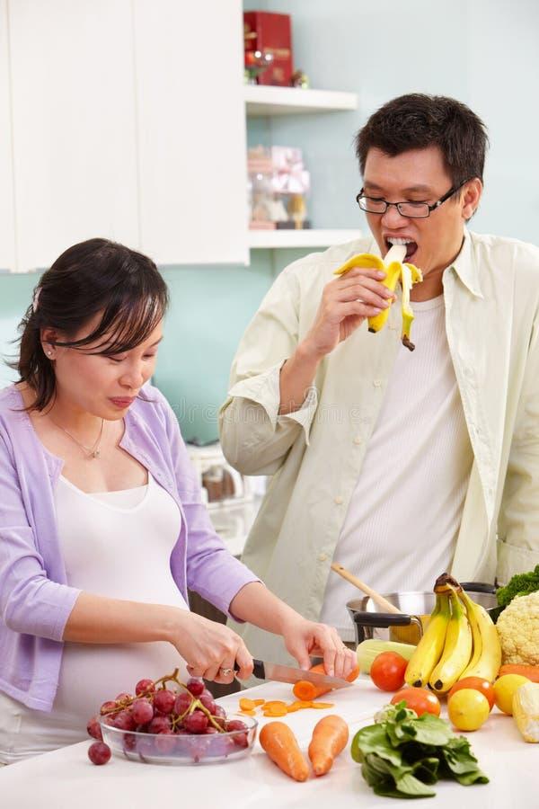 Atividade asiática dos pares na cozinha imagens de stock royalty free