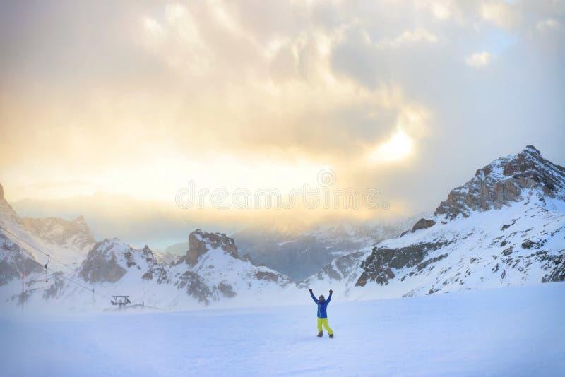 Atividade da snowboarding do inverno em cumes italianos altos foto de stock royalty free