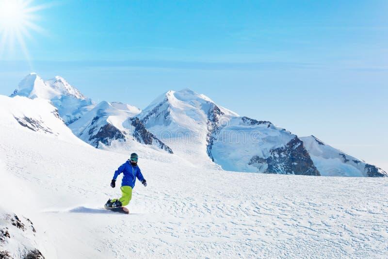 Atividade da snowboarding do inverno no dia ensolarado nos cumes imagem de stock royalty free