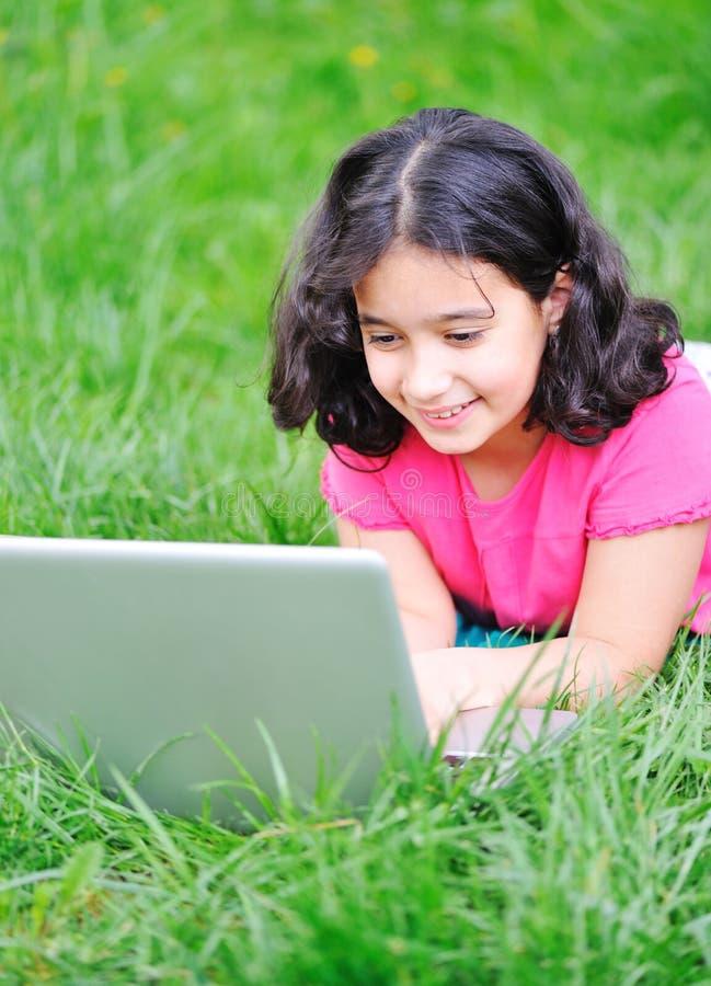 Atividade das crianças com portátil fotografia de stock