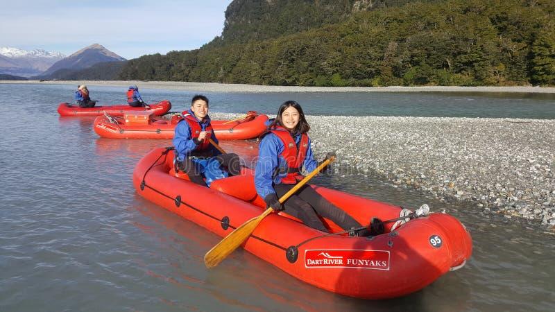 Atividade de lazer de caiaque dos pares abaixo do rio do dardo, Nova Zelândia imagem de stock royalty free