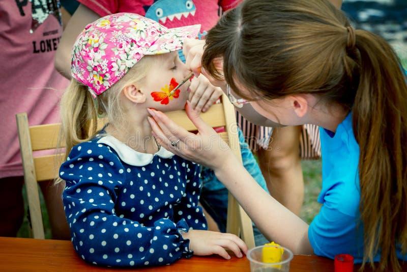 Atividade de pintura das crianças da cara do festival da caridade da família imagens de stock