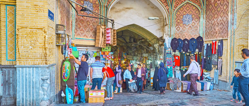 Atividade de troca na entrada ao bazar grande de Tehran foto de stock