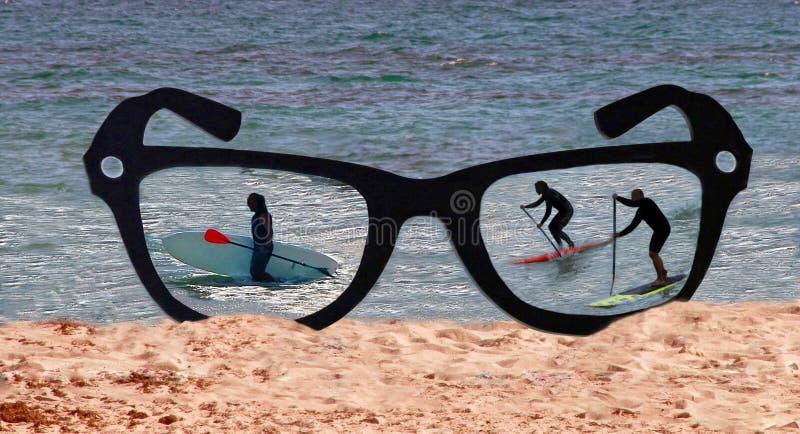 Atividade do divertimento do verão através dos vidros fotografia de stock royalty free
