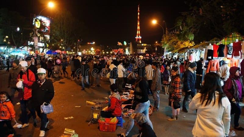 Atividade do viajante no mercado exterior na noite imagens de stock royalty free