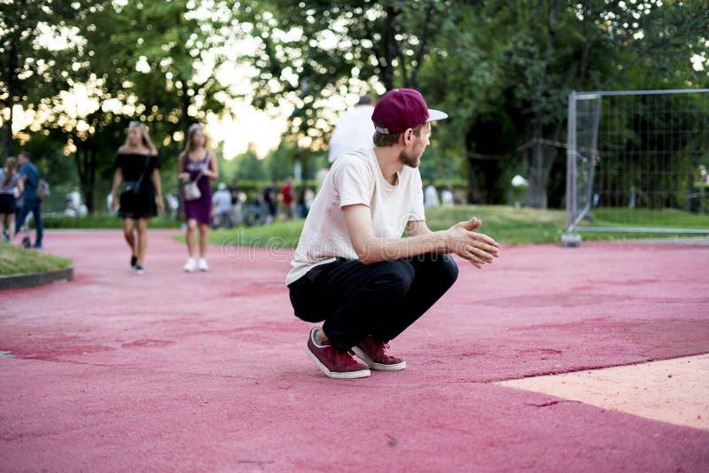 Atividade física da liberdade da acrobata do homem novo no conceito urbano da cidade fotos de stock
